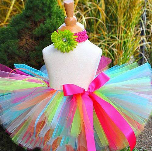 Align the ends of the skirt, you can sharpen them if you want. At the end just decorate with the satin strip and your tutu skirt is ready. Go make you...